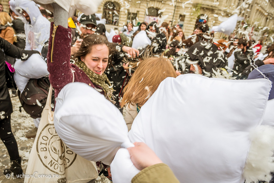 Pillow fight Bucharest – Piata Universitatii (POZE)